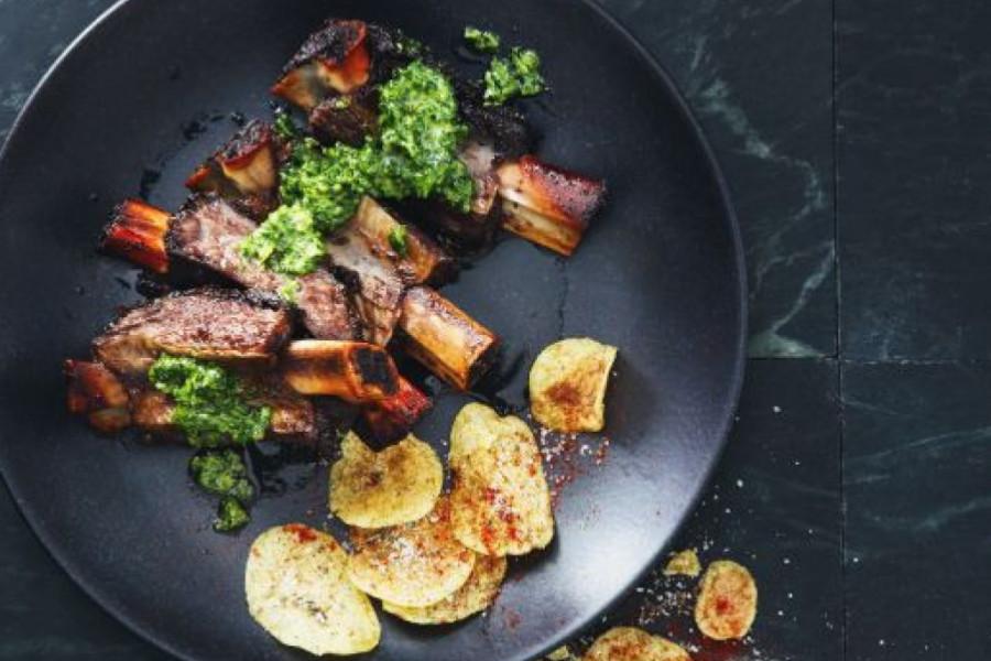 Uz nekoliko trikova brzo do ovakvog jela: Pržena juneća rebra u sosu od peršuna