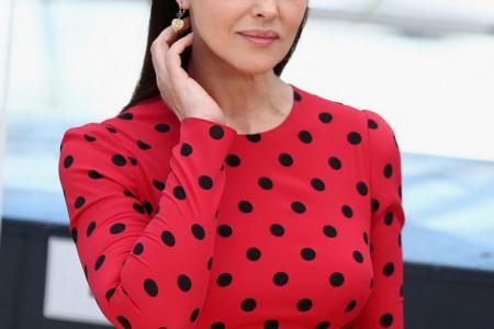 Monika Beluči je prošetala u prelepoj haljini, a onda je dunuo vetar! Prizor je NEODOLJIV poput JAGODA SA ŠLAGOM! (FOTO)