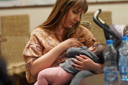 Neophodna veća podrška za mame da bi dojile u javnosti
