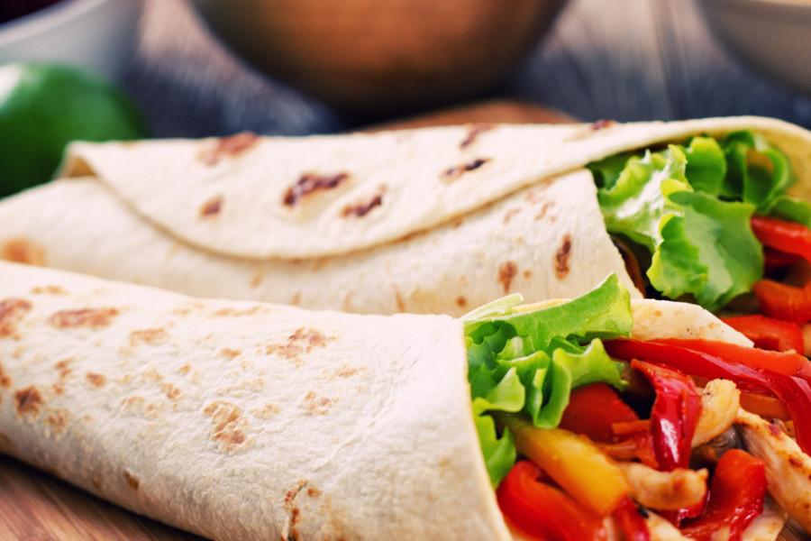 EKSPLOZIJA SITNIH ZALOGAJA: Hrskavi tortilja sendvič sa piletinom i pečenom paprikom je sve što vam danas treba! (recept)