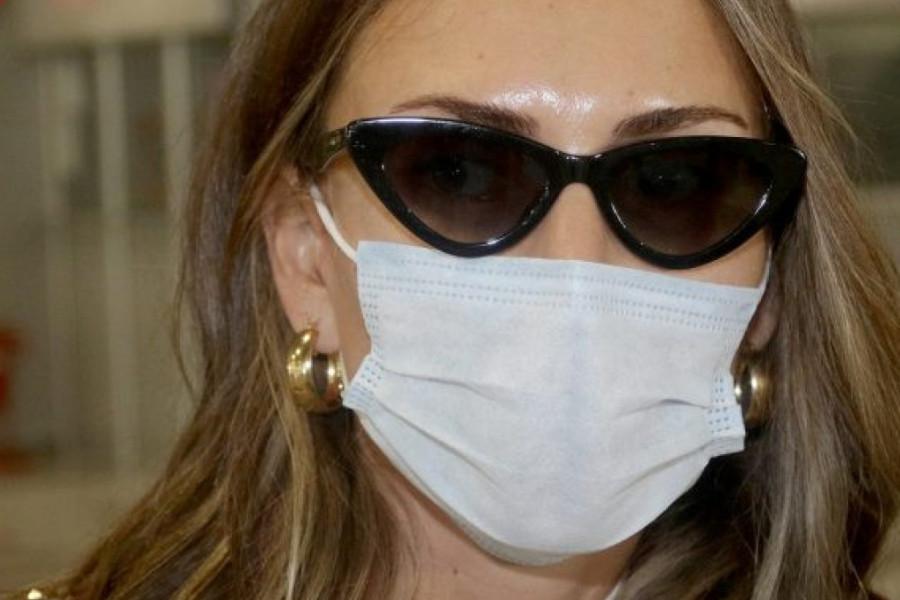 Maskirana: Emina Jahović stigla u Beograd, šta je ovo obukla, gde je glamur? (FOTO)