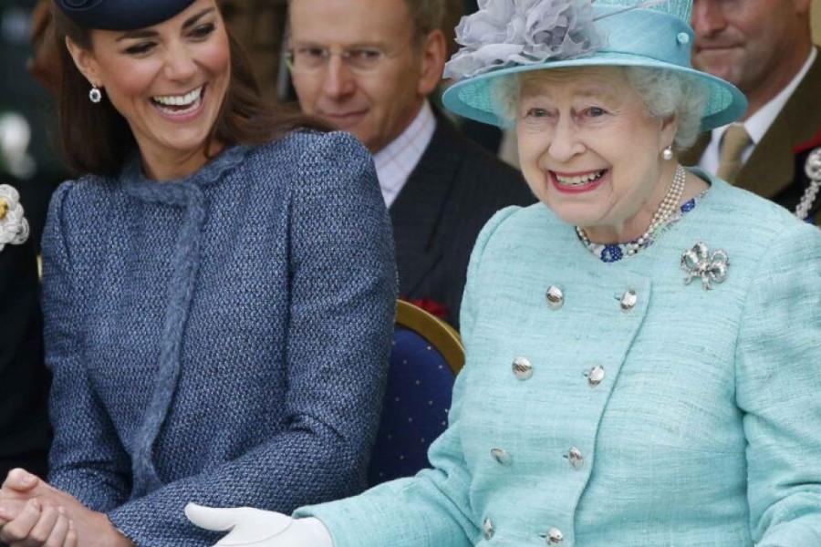 Zna se ko drži uzde: Prvo pojavljivanje kraljice Elizabete nakon izolacije