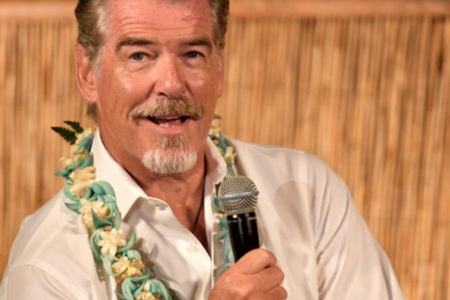 Strastveni poljubac na Havajima: Pirs Brosnan proslavio 67. rođendan (foto)