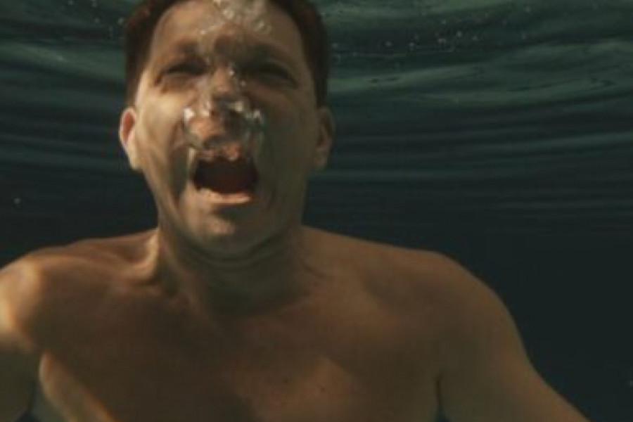 """Sve zbog uloge! Bjela snimao """"Tajkuna"""" u ledenom bazenu (video)"""