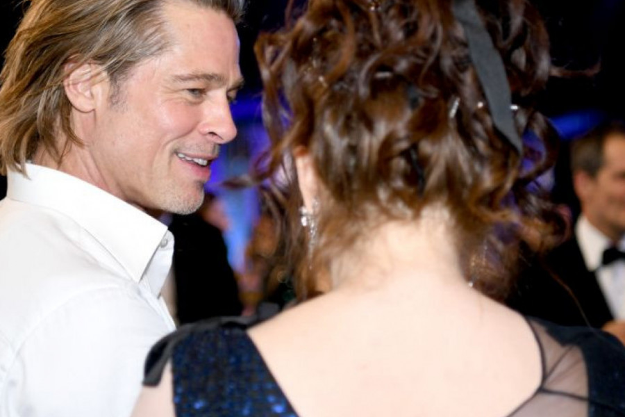Dok se Anđelina i Dženifer gledaju preko nišana, glumac Bred Pit uživa u novoj ljubavi! (foto)
