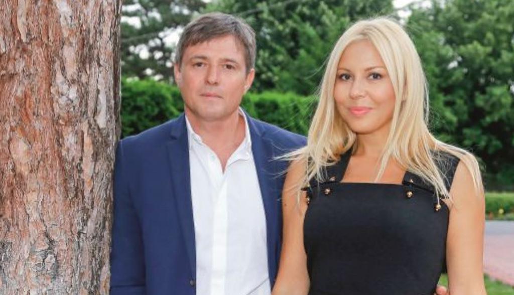 Fotografija koju ćete želeti da pogledate opet: Piksijeva supruga ima 55, a izgleda kao devojčica!