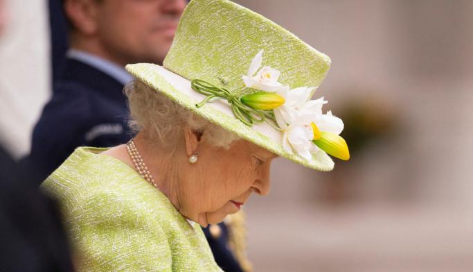 Kraljica nije dobro! Posle dužeg vremena došla na događaj i zaspala (foto)