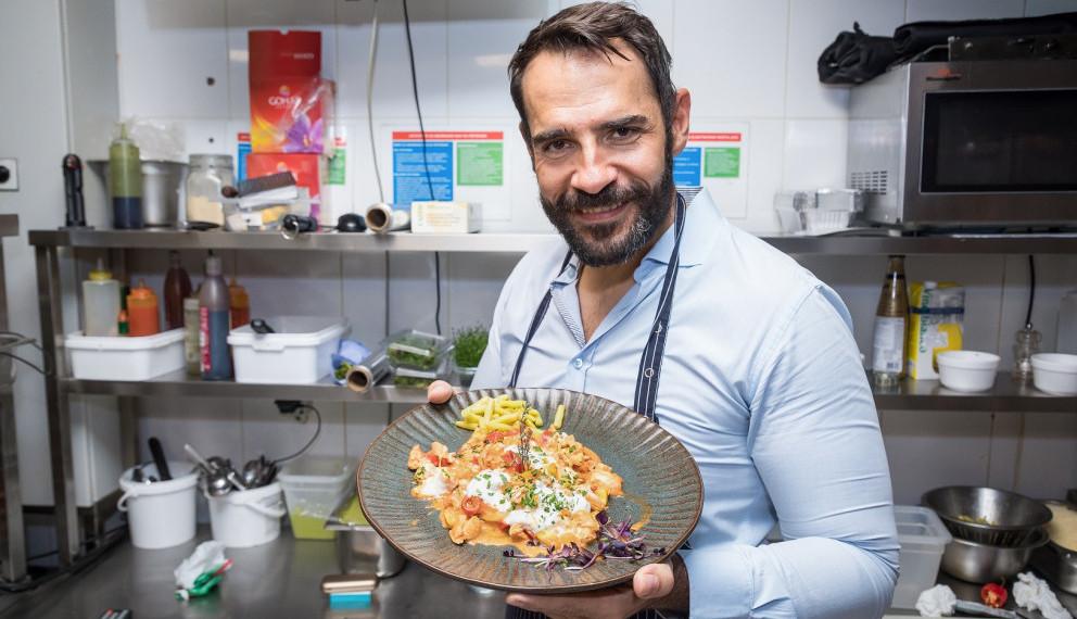 Pred velikim izazovom: Pogledajte kako se Zoran Pajić snašao u kuhinji (VIDEO)