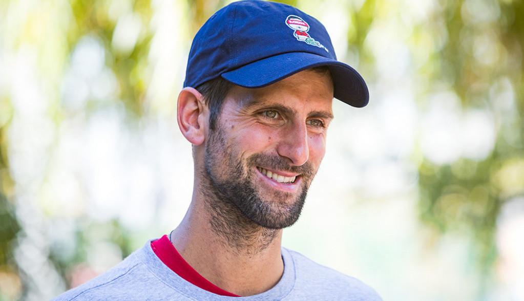 Ko je atraktivna plavuša koja ostavlja Novaku srca ispod fotografija?