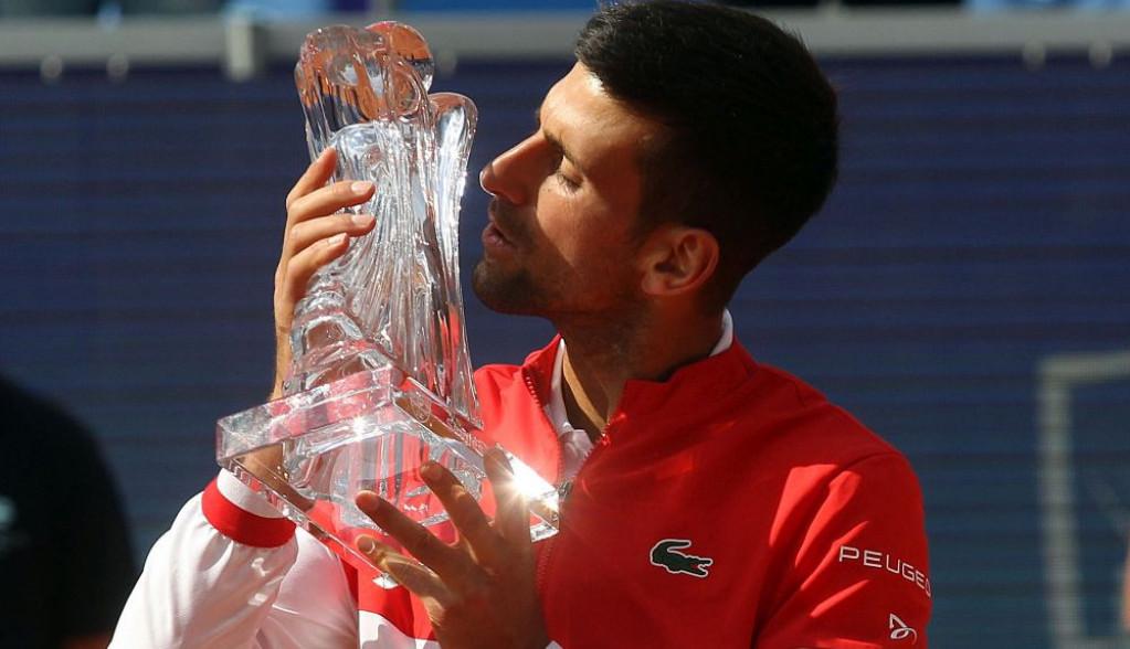 Izrasla u preslatku devojčicu! Pogledajte kako Novak razmenjuje poljupce sa ćerkicom Tarom nakon pobede u Beogradu (VIDEO)