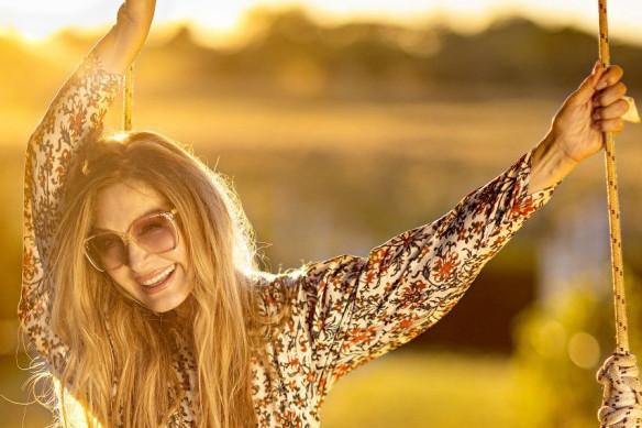 Osuđuju je što se ovako fotografiše, ali ona tera inat! Danica Maksimović u bikiniju ponosno nosi svoje godine (FOTO)