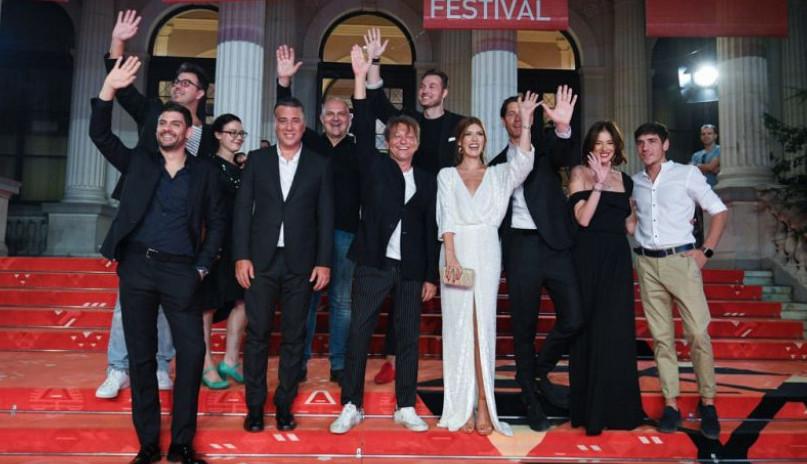 """Ekipa filma """"Toma"""" očarala na crvenom tepihu: Ova glumica ponela titulu najbolje odevene (FOTO)"""