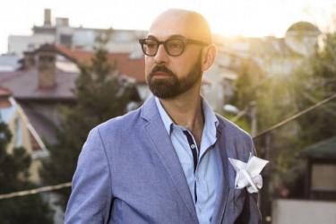 """Svi se pitaju samo jedno: Ko je lepotica sa kojom se Dejan Lutkić pojavio na premijeri predstave """"Široka zemlja""""?"""