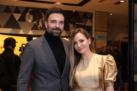 Zaljubljeni i savršeno stilizovani: Evo zašto su svi sinoć gledali u Jelenu Tomašević i Ivana Bosiljčića i komentarisali JEDNO (FOTO)