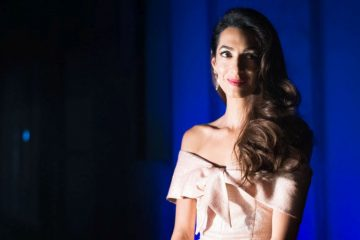 "I na ""baby shower"", Amal Kluni dolazi u stilu: Poznata pravnica u crvenom kombinezonu zasenila i Megan Markl"