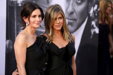 Za dlaku izbegle smrt: : Dženifer Aniston i Kortni Koks zaglavljene u avionu koji NIJE MOGAO DA SLETI!