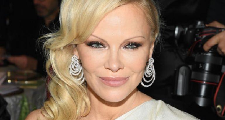 TRPELA JE ZLOSTAVLJANJE SA SAMO 6 GODINA: Pamela Anderson progovorila o JEZIVIM detaljima iz detinjstva